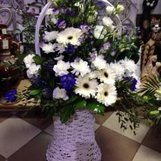 Корзина с синими цветами