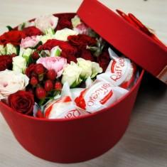 Цветочная композиция в красной шляпной коробке