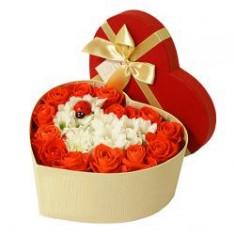 Цветочная композиция в коробке в виде сердца