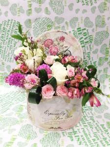 Оригинальная цветочная композиция в круглой коробке