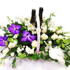 Корзина с цветами «Молодоженам»