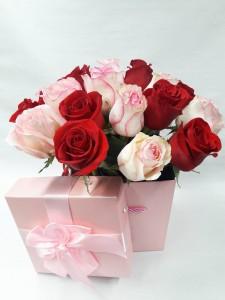 Цветочная композиция в квадратной коробке из роз