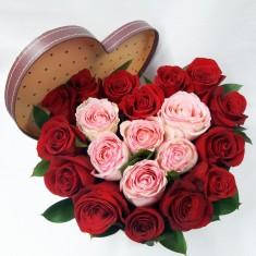 Цветочная композиция в коробке в виде серда из роз
