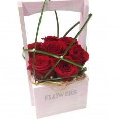 Розы в деревянном ящичке ручной работы